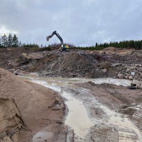 Kaivuri maanmuokkauksessa
